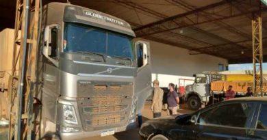 Funcionários de posto encontram caminhoneiro morto em cabine de veículo