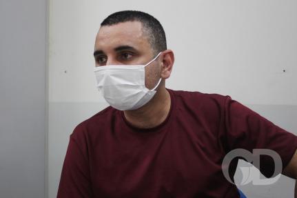 Professor faz greve de fome contra fechamento de escola